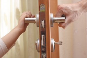 В Татарстане мужчина заперся в квартире с ребенком и не пускал сожительницу