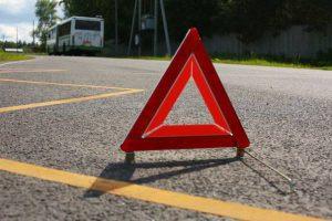 В Ставрополе автоледи на иномарке врезалась в бордюр и перевернулась