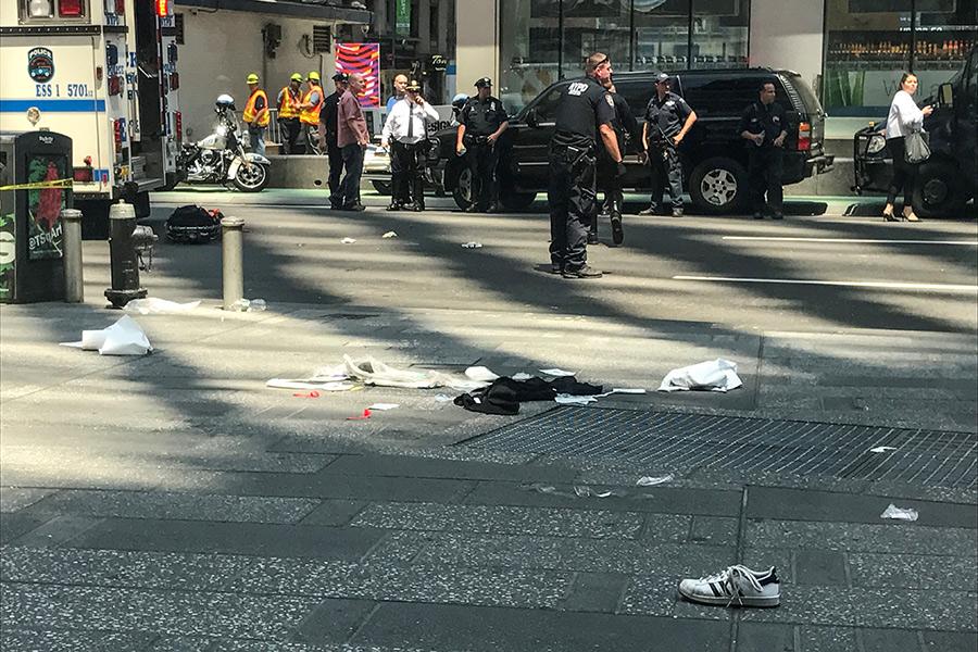 В Нью-Йорке автомобиль въехал в прохожих: есть жертвы — ФОТО+ВИДЕО