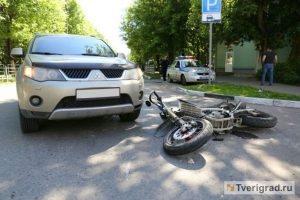 В Твери кроссовер сбил мотоциклиста