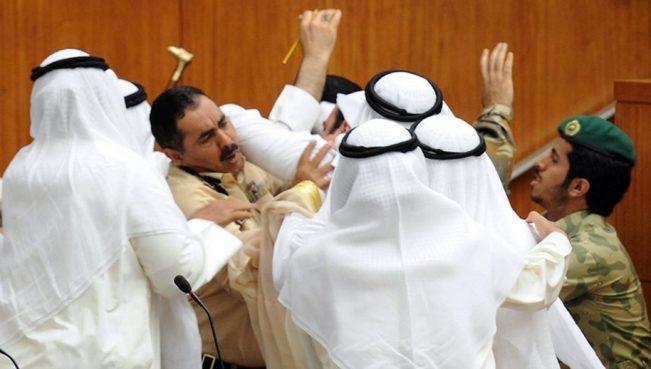 «Катарский кризис»: делегации саудитов и катаровцев вступили в рукопашный бой — ВИДЕО