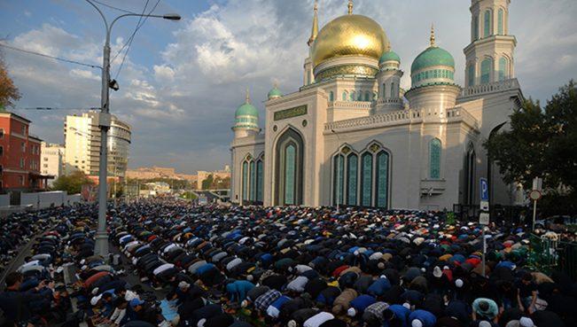 Более 250 тысяч мусульман совершили молитву у соборной мечети в Москве — ВИДЕО