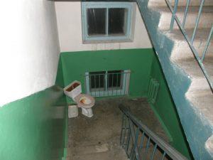 В Липецке нечаянно убили пьяного, собиравшегося справить нужду в подъезде.