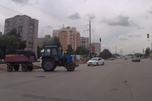 В Рязани Hyundai на большой скорости врезалась в трактор