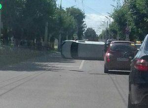 В центре Рязани несколько раз перевернулся автомобиль Renault