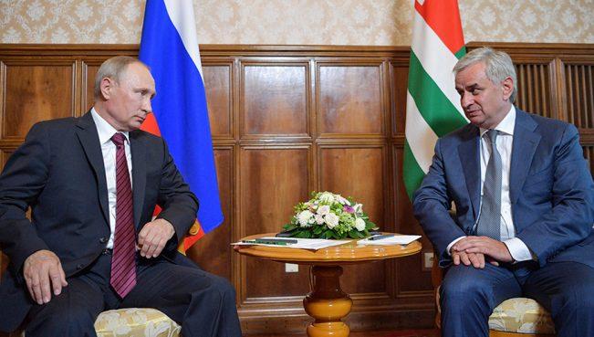 Грузинский политолог: «Посещая оккупированную Абхазию Путин хотел сказать, что…»