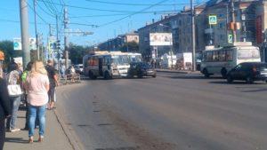 В Кургане автобус, выезжая с остановки, врезался в Audi (ФОТО)
