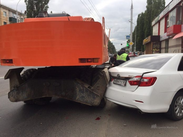 В Липецке пьяный экскаваторщик повредил иномарки