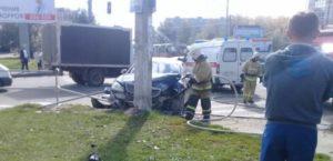 В Чебоксарах Mercedes столкнулся с Volkswagen и врезался в столб