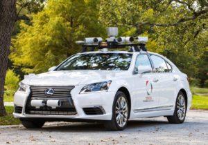 Toyota тестирует беспилотный автомобиль с двумя рулями