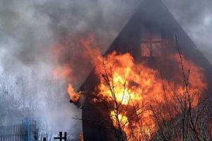Под Тверью сгорел дом