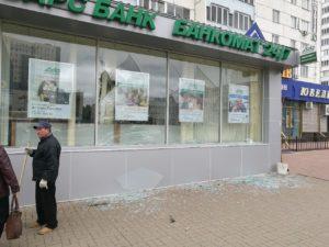 В Казани безработный мужчина разбил камнями стекла в офисе банка «Ак Барс»