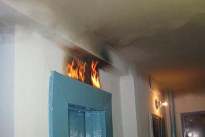 В Чебоксарах в многоэтажке загорелся лифт