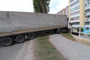 В Липецке фура без водителя врезалась в забор
