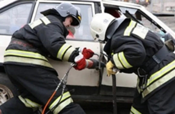 Под Брянском после аварии пострадавшего из машины доставали спасатели