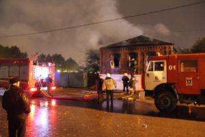 В Липецке из сгоревшего дома успели вынести его хозяина
