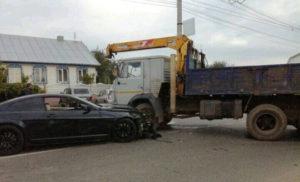 В Чебоксарах BMW на высокой скорости въехала в «КамАЗ» с грузовым краном