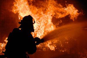 В Шадринске произошел пожар в жилом доме из-за взрыва газовых баллонов