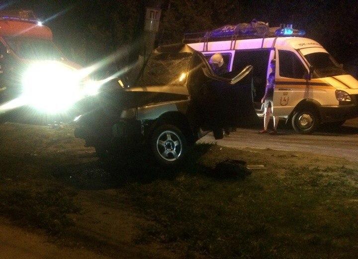 В Нижнем Новгороде «ВАЗ» врезался в ЛЭП: двое пострадали