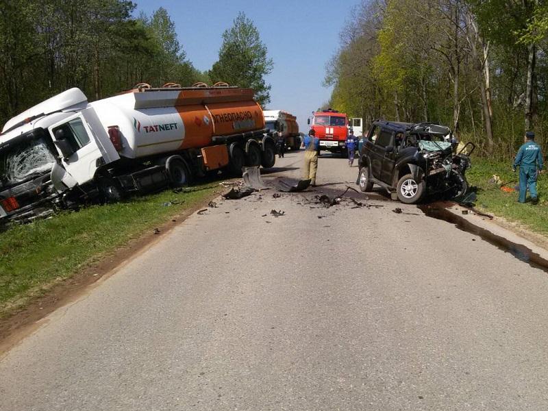 В Чувашии водитель внедорожника погиб, столкнувшийсь с бензовозом