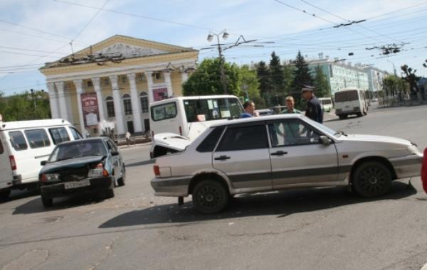 В Рязани на Театральной площади столкнулись два «ВАЗа»
