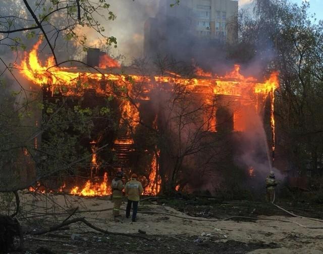 2-этажный деревянный дом горит в центре Нижнего Новгорода