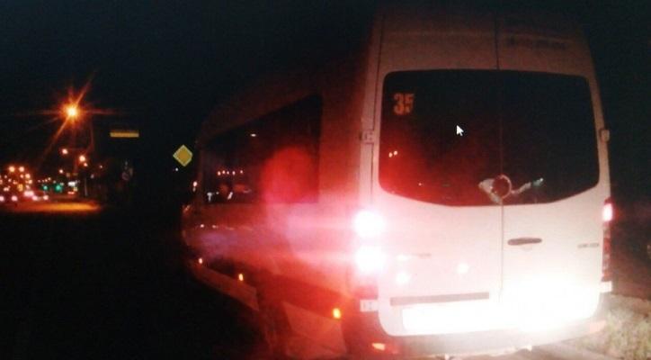 В Чебоксарах автомобиль «вытолкнул» маршрутку с дороги и уехал с места ДТП