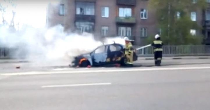 Такси RENAULT загорелось во время движения в Нижнем Новгороде