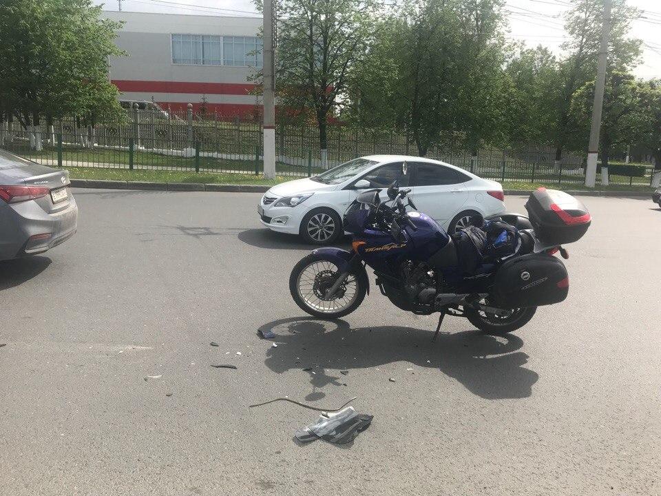 В Чебоксарах автоледи за рулем иномарки «Ниссан» сбила мотоцикл с туристами