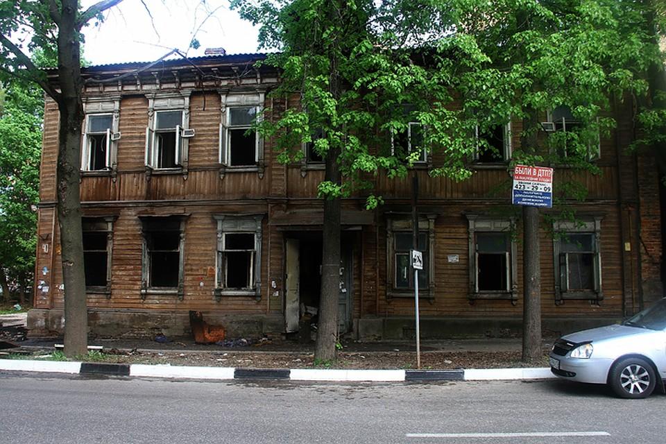 Пожарные вытащили мужчину из горящего дома в Нижнем Новгороде