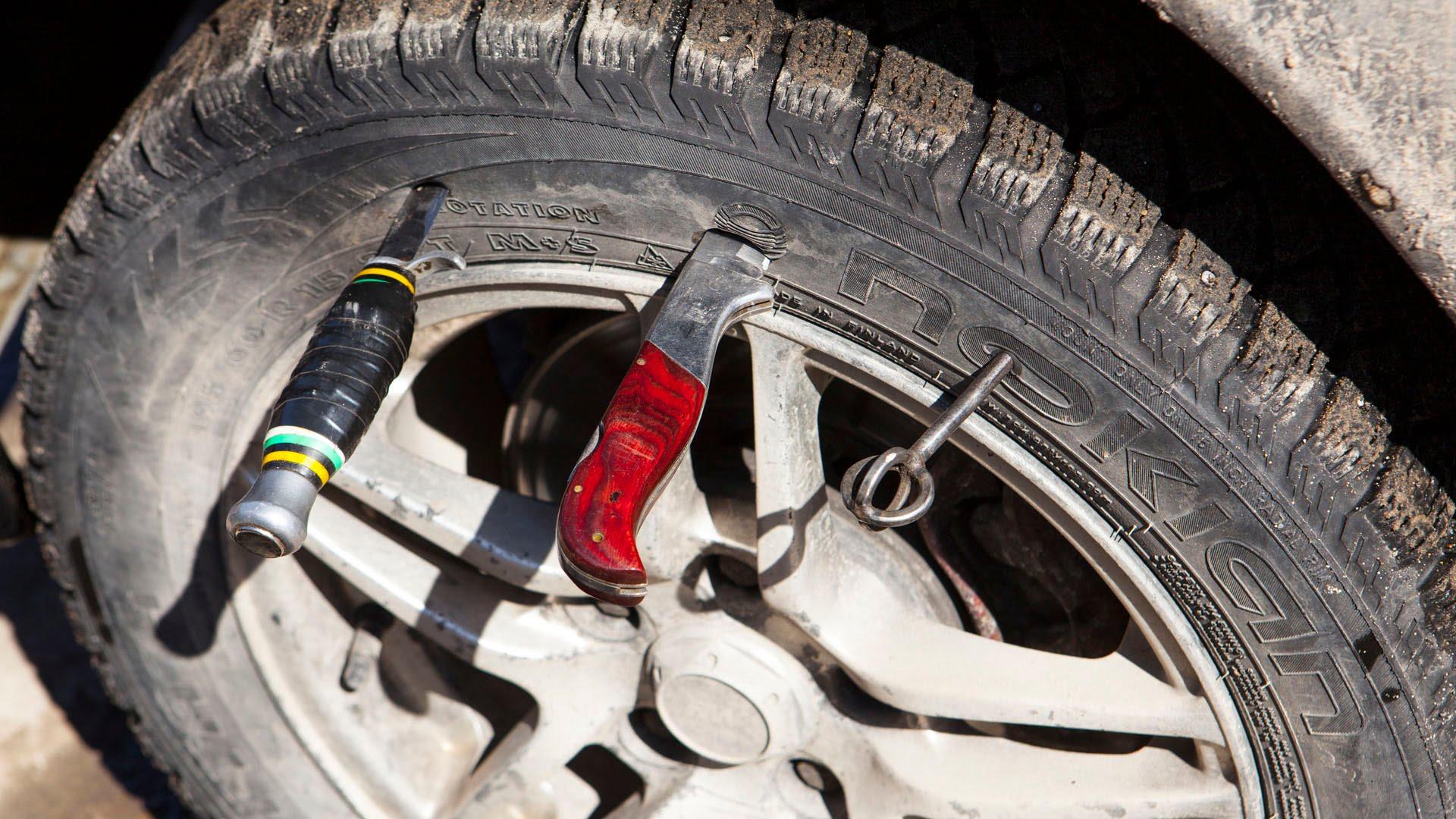 В Рязанской области подросток проколол шины большегрузу, заведено уголовное дело