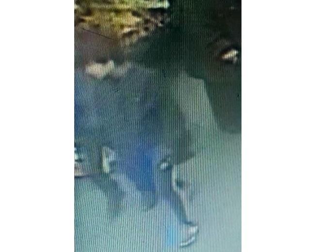 В Чебоксарах полицейские ищут парня, подозреваемого в уличном грабеже